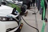Polacy przekonują się do samochodów hybrydowych i elektrycznych. To z kolei oznacza straty dla napędów benzynowych i diesli