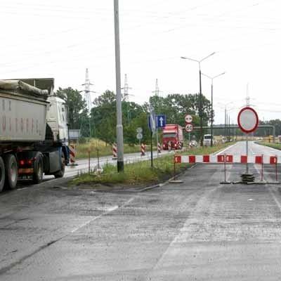 """Na krajowej """"trójce"""" pod Polkowicami kierowcy jeżdżą tylko jednym pasem. To znacznie spowalnia ruch."""