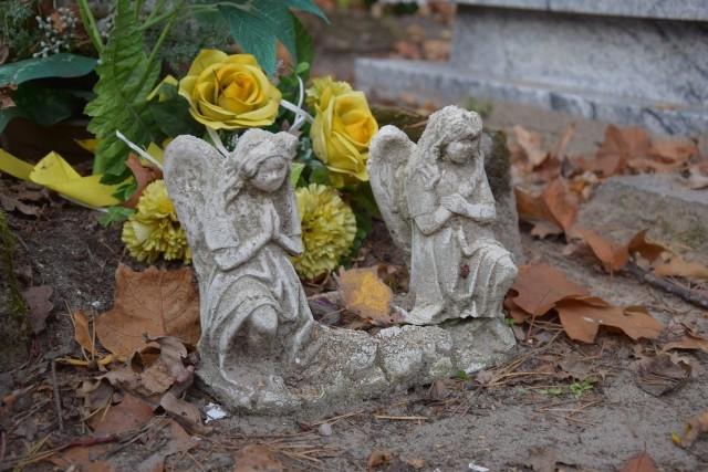 """Cmentarna kwatera z malutkimi, skromnymi grobami to jedno z najbardziej niezwykłych i poruszających miejsc na zielonogórskiej nekropolii. Ta część cmentarza przy ul. Wrocławskiej, jak żadna inna, skłania  do refleksji nad kruchością istnienia. W niewielkich grobach spoczywają dzieci. Wymowne są daty ich śmierci i narodzin, bardzo do siebie zbliżone. """"Powiększył Grono Aniołków"""" – ten nagrobny napis przewija się najczęściej. Czasami zdarzają się dopiski: """"Żył 1 dzień"""", """"Przeżył 4 latka"""". Dorośle za to brzmią imiona: Józef, Helena, Dorota, Henryk, Jerzy - popularne w latach 50. To właśnie z tamtego okresu pochodzą najstarsze groby.Na niektórych czas wyraźnie odcisnął swoje piętno. Drewniane krzyże, kiedyś obowiązkowo białe, a dziś otarte z farby, próchnieją. Z tabliczek niewiele można odczytać. Maluśkie nagrobki zapadają się. Są też takie, po których został ledwie kopczyk ziemi, albo… puste, rozmyte przez deszcz, miejsce.Ktoś przybił leżącą na ziemi, metalową figurkę ukrzyżowanego Chrystusa do pobliskiego drzewa, ktoś inny wyprostował przechylony krzyż. To jednak za mało, aby ocalić to wyjątkowe miejsce.Czytaj też: Jak znaleźć grób na zielonogórskich cmentarzach? Pomoże specjalna internetowa wyszukiwarkaCzytaj też: Zmiany w organizacji ruchu w okolicy cmentarza przy ul. Wrocławskiej w Zielonej Górze. Sprawdź, jak dojedziesz, gdzie zaparkujeszZobacz wideo: Uroczystość Wszystkich Świętych. Co warto wiedzieć o tym dniu?wideo: Agencja TVN"""