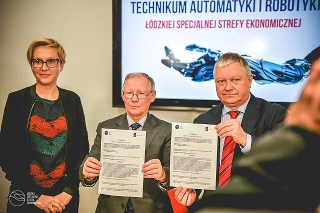 W grudniu 2017 r. prof. Sławomir Wiak,rektor PŁ (w środku) i Marek Michalik, prezes ŁSSE, podpisali list intencyjny w sprawie technikum