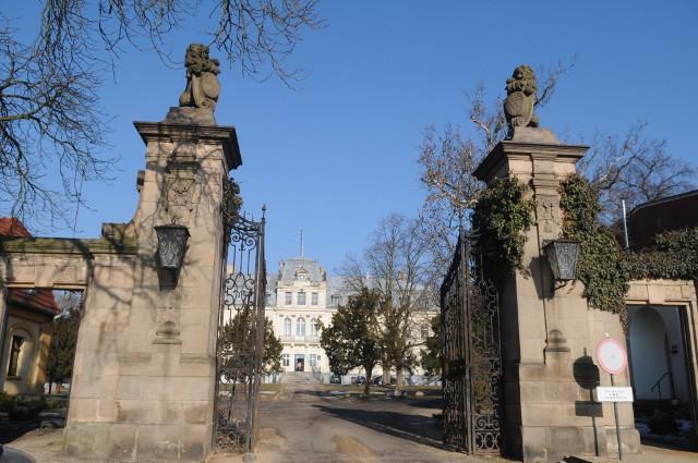 Zabytkowa brama wjazdowa na teren pałacu w Trzebiechowie