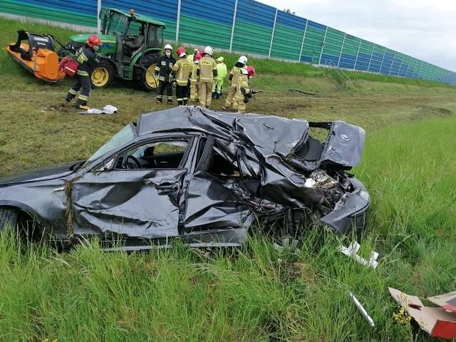 Wypadek na A2 wydarzył się w czwartek ok. godz. 15 na 212 km autostrady w kierunku Warszawy. Na wysokości miejscowości Bierzglinek samochód osobowy marki BMW uderzył w ciągnik, który kosił trawę na poboczu drogi. Jedna osoba została ranna.Przejdź do kolejnego zdjęcia --->