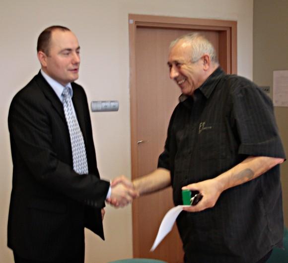 Ryszard Siwiec prezes POLIC (z lewej) i Waldemar Badełek, przewodniczący ZZ Pracowników Ruchu Ciągłego, jednego z 6 związków, po podpisaniu porozumienia.
