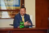 """Burmistrz Żnina Robert Luchowski będzie zarabiał 3700 zł """"na rękę"""". Połowę mniej niż dotychczas. To decyzja radnych nowej koalicji"""