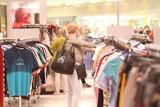Polacy wracają do centrów handlowych. Jednak wyniki odwiedzalności są niższe niż przed pandemią