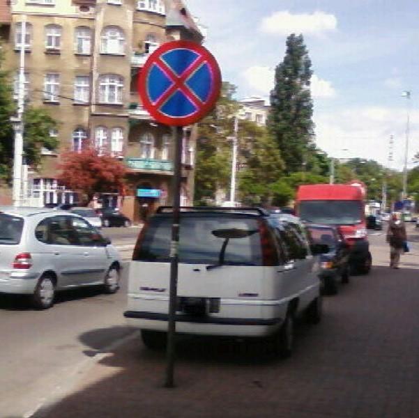 -  To samochód Andrzeja Wieczorka, plastyka miejskiego. Jest niepełnosprawny, ale łamie przepisy. Czy tak mu wolno? - pyta autor zdjęcia.