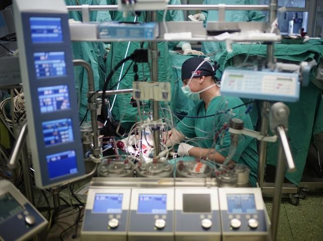 Piotr Ładziński każdego dnia bierze udział w operacjach małych pacjentów w klinice kardiochirurgii dziecięcej w szpitalu przy ulicy Szpitalnej w Poznaniu. To on obsługuje układ krążenia pozaustrojowego odpowiedzialny za wszystkie funkcje, które w naszym organizmie spełniają płuca i mięsień sercowy