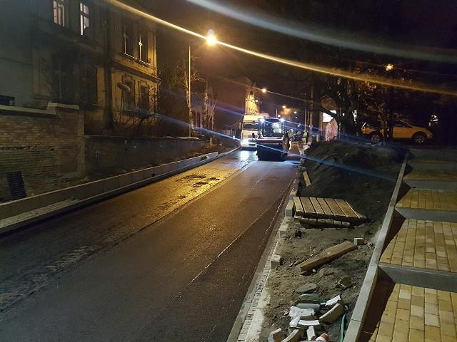 Pod wiaduktem na ul. Batorego w Zielonej Górze ruszyło układanie asfaltu. O zdarzeniu poinformowali na Czytelnicy. Na otwarcie drogi czekają kierowcy. We wtorek, 3 grudnia, sprawdziliśmy jak wyglądają roboty pod wiaduktem. Zobaczcie zdjęcia.WIDEO: Szpital Uniwersytecki ma pierwszą w Polsce salę gamingową.