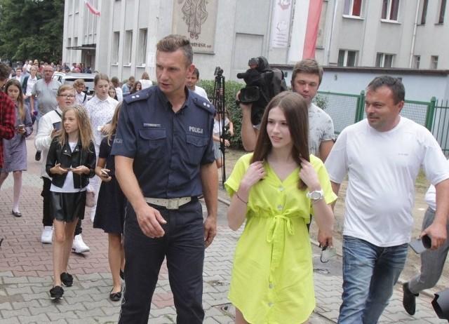 """Roksana Węgiel w Zespole Szkół Katolickich w Sosnowcu, wspólnie z policją zainaugurowała akcję 'Bezpieczna droga do szkoły"""""""