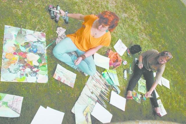 Uczestnicy pleneru posługiwali się różnymi technikami. W Pławniowicach powstawały akryle, akwarele i rysunki.