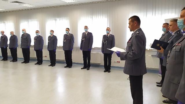 Podczas Święta Policji w Sępólnie awanse na wyższe stopnie służbowe odebrało 12 funkcjonariuszy