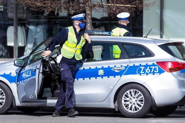 Od czasu wprowadzenia obostrzeń związanych z epidemią koronawirusa, policjanci nie tylko pilnują przestrzegania nowych zasad, ale też informują o nich mieszkańców, m.in. za pomocą komunikatów nadawanych z radiowozów