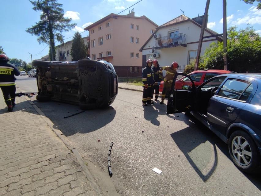 Groźne zderzenie samochodów na Dziesiątej w Lublinie. Jedno z aut przewróciło się na bok
