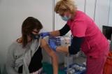 Nauczyciele skarżą się na bóle i gorączkę po szczepionce AstraZeneca. Nie mogą iść do pracy. Dr Jaroszewicz: To naturalna reakcja organizmu