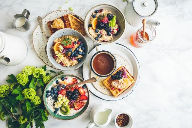 TOP 15 najlepszych miejsc na śniadanie w Krakowie. Tu zjesz pyszne bajgle, omlety, szakszuki, kanapki i naleśniki! [RANKING]