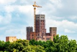 """Chcą ukończenia budowy zamku w Stobnicy. """"Ta inwestycja to dla nas szansa"""" - mówi sekretarz gminy Oborniki"""
