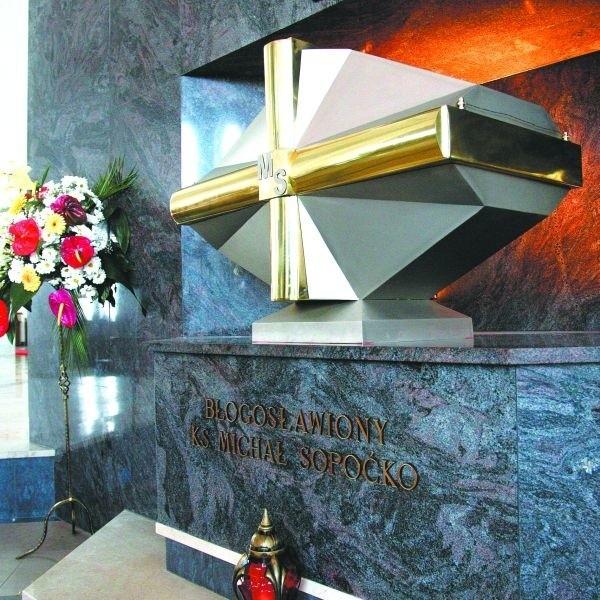 Doczesne szczątki błogosławionego ks. Michała Sopoćki spoczęły w specjalnej urnie w Sanktuarium Miłosierdzia Bożego. Zostały tu przeniesione z podziemia świątyni.