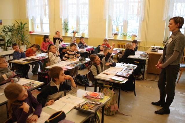 Klasa II b Szkoły Podstawowej nr 2 w Słupsku na lekcji z Ireną Bracką, która popiera dodatkowe godziny na pracę z uczniami.