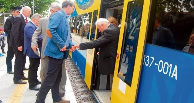 W Swarzewie podróżni muszą wyskoczyć z wagonu, by się dostać na peron. Odstęp między pociągiem a krawędzią pomostu sięga blisko 60 cm