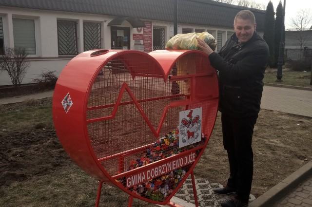 - Zamontowaliśmy pojemnik na plastikowe nakrętki w kształcie serca, bo w ten sposób mieszkańcy naszej gminy mogą pomóc choremu Nikosiowi, Natalce i potem innym potrzebującym finansowego wsparcia od nas wszystkich w ratowaniu życia i zdrowia – mówi Wojciech Cybulski, wójt Gminy Dobrzyniewo Duże