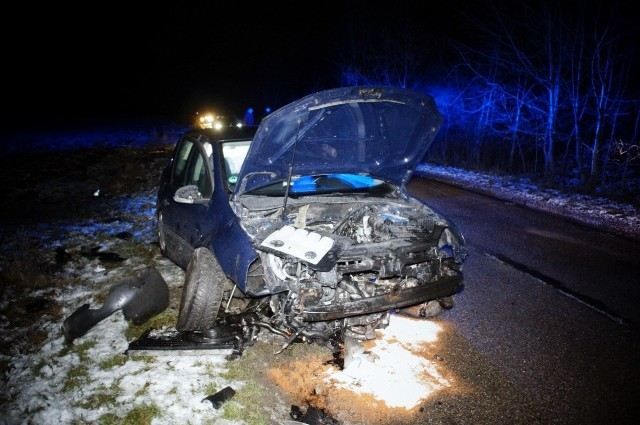 Nadmierna prędkość, była prawdopodobnym powodem wypadku na drodze koło miejscowości Kuleszewo. Kierujący osobowym Golfem, wpadł w poślizg, zjechał na pobocze drogi, i uderzył w pień ściętego drzewa doszczętnie niszcząc samochód. W zdarzeniu na szczęście nikt nie ucierpiał.
