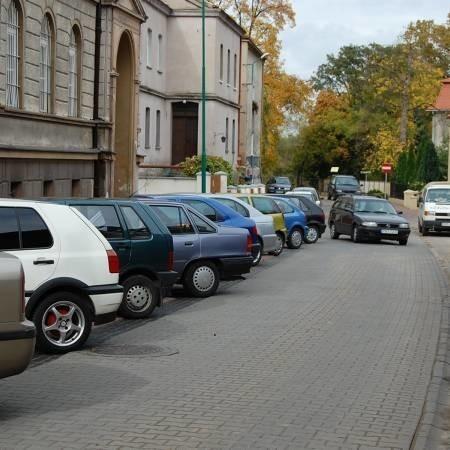 Rząd samochodów w uliczce przy urzędzie miejskim to już codzienność. Rzadko kiedy można tu znaleźć wolne miejsce.