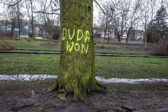 """W piątek, 28 lutego odwiedzający park Wodziczki na poznańskim Sołaczu mogli zauważyć na drzewach i ławkach napisy namalowane fluorescencyjnym sprejem o takich treściach jak """"Duda won"""" i """"Nie Duda"""". Kolejne zdjęcie -->"""