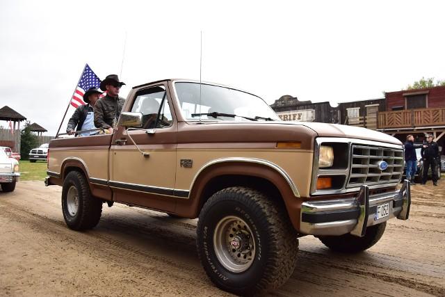 Amerykańskie samochody w miasteczku westernowym Silverado City w Bożejewiczkach koło Żnina.