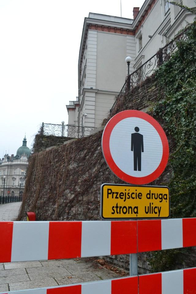 Popularny chodnik wzdłuż muru zamkowego stanowił dla bielszczan wygodne połączenie. Od połowy grudnia jest zamknięty