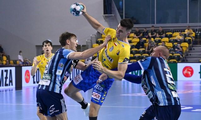 We wrześniu Łomża Vive Kielce w Hali Legionów pokonała MOL-Pick Szeged 26:23. Na zdjęciu rzuca Szymon Sićko.