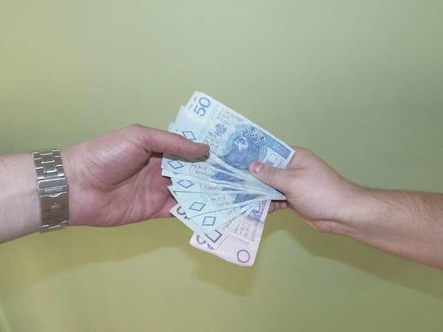 Wiele osób preferuje opłaty w formie gotówkowej