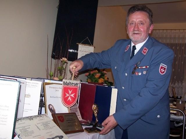 Grudzień - Bernhard Serwuschok, pochodzący z Zębowic kawaler maltański, przyjechał na Opolszczyznę z 200. transportem z darami. W ciągu 15 lat Bernhard Serwuschok przywiózł nam dary o łącznej wartości ponad 6 milionów złotych!