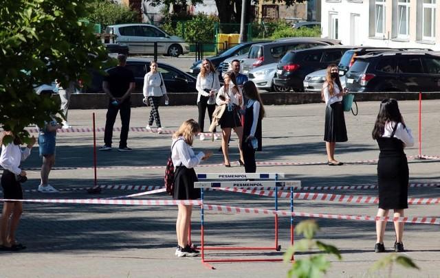 Egzaminy ósmoklasistów odbywały się w reżimie sanitarnym, dwa miesiące później niż pierwotnie zakładał kalendarz: nie w kwietniu, a w czerwcu.