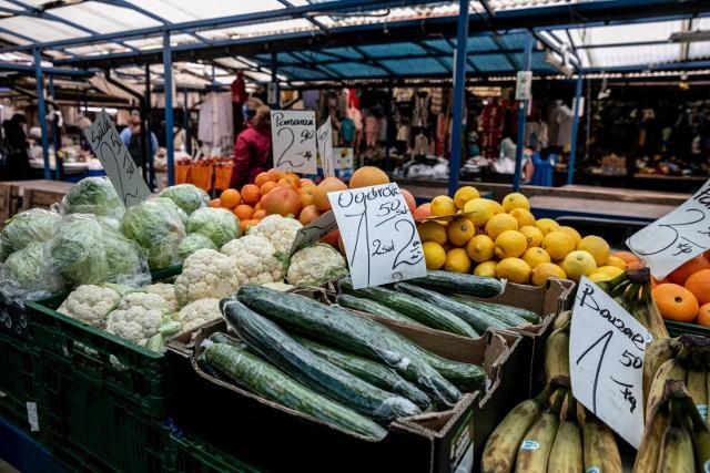 Ile w pierwszej połowie marca 2021 roku trzeba zapłacić za dostępne na targowiskach ziemniaki, buraki, kapustę czy pomidory? Sprawdzamy ceny na terenie województwa kujawsko-pomorskiego, zebrane przez KPODR --->Ziemniaki rok temu o tej porze były 2 razy droższe, biała kapusta jest w podobnej cenie do stawki sprzed 12 miesięcy. Nieco mniej płacimy za cebulę.