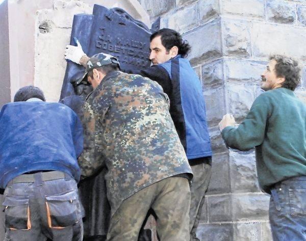 Władze miasta na kilka dni przed planowaną demonstracją środowisk kombatanckich usunęły tablice z pomnika czerwonoarmistów. Chciały w ten sposób uspokoić nastroje i zapobiec zamieszkom