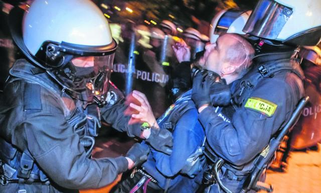 Moment zatrzymania Macieja C. Zdaniem oskarżenia, mężczyzna uczestniczył w nielegalnym zgromadzeniu i atakowaniu policjantów i radiowozów kamieniami. Maciej C. mówi, że - jako niepełnosprawny - nie miałby jak rzucać czymkolwiek w policjantów