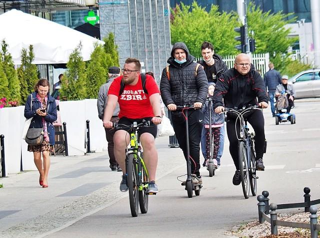 W niedzielę (20 czerwca) minie miesiąc, odkąd nowe przepisy zobowiązują kierujących hulajnogami – w tym elektrycznymi, ale także np. rolkarzy – do jazdy drogami rowerowymi, jeśli taka jest wytyczona na ich trasie. Skoro użytkowników tzw. ścieżek na różnych pojazdach przybywa, zapytaliśmy łódzkich urzędników o plany rozbudowy tej sieci...>>> Czytaj dalej przy kolejnej ilustracji >>>