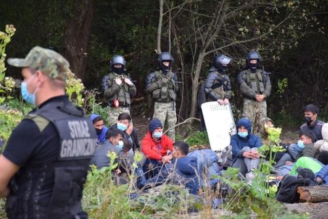 32 uchodźców czeka na granicy polsko-białoruskiej w Usnarzu Górnym. Straż Graniczna nie dopuszcza nikogo do obozowiska