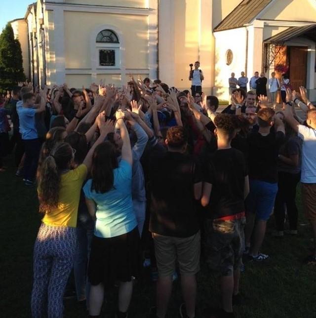 Od 20 lipca w powiecie ostrołęckim przebywa około 100 młodych obcokrajowców, uczestników Światowych Dni Młodzieży: 50 Włochów, 20 Amerykanów, 27 - Litwinów i 17 - Meksykanów.Źródło: TVN24