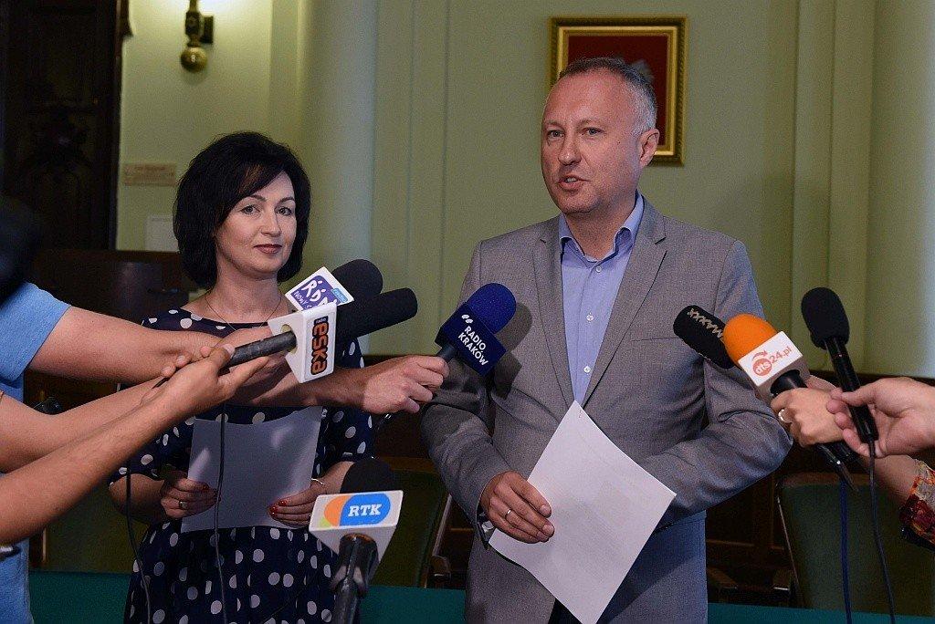Skarbnik miasta Renata Seruga-Tokarz i prezydent Ludomir Handzel przedstawiają szczegóły budżetu Obywatelskiego Nowego Sącza na 2020 rok
