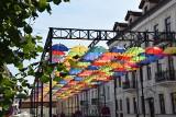 Białystok. Parasolki zawisły nad ul. Kilińskiego. Zasłaniają jedynie samochody. Nie takiego efektu spodziewali się mieszkańcy