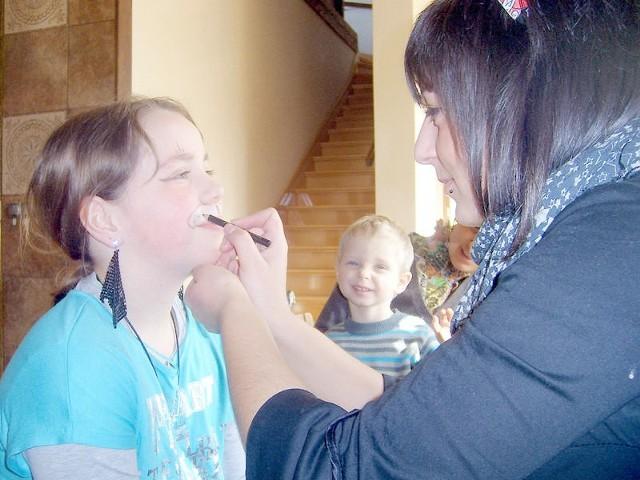 Dzieci chętnie zgłaszały się do malowania twarzy