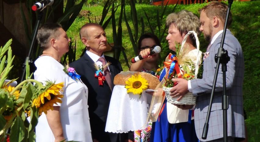 Starostwie dożynek - Dorota Jach i Krzysztof Przeniosło przekazali bochen chleba wójt Marii Kasperek i Kazimierzowi Warszawie, przewodniczącemu Rady Gminy w Czarnocinie.