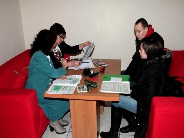 Wśród osób, które przyszły na dyżur byli Marta Gałkowska i Robert Rydzik (z prawej). Pomogły Marianna Witkowska i Wiesława Surlej z Urzędu Skarbowego