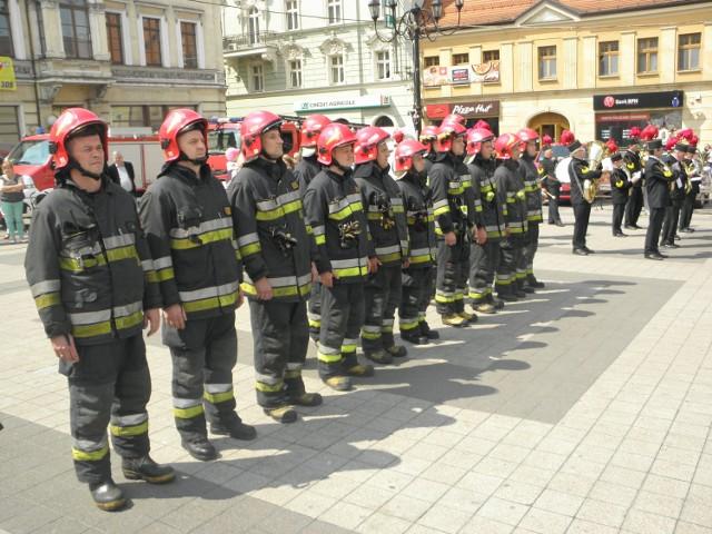 Uroczysty apel z okazji Dnia Strażaka na rynku w Rybniku