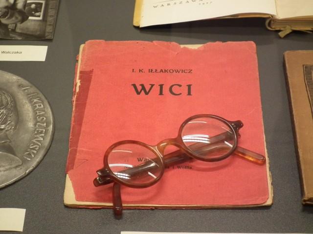 """Na wystawie jubileuszowej w Bibliotece Raczyńskich obejrzeć możemy tomik Kazimiery Iłłakowiczówny """"Wici"""" i jej okulary."""