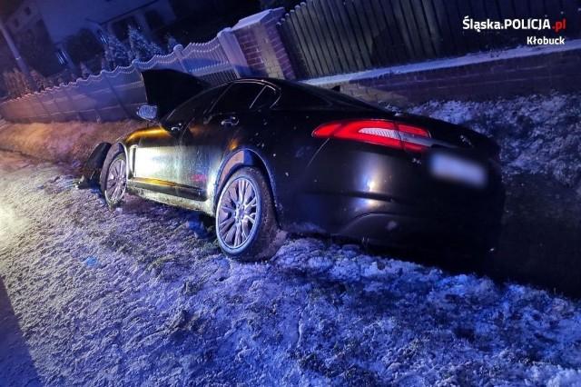 Pijany kierowca jaguara wjechał w Pacanowie do rowu. Wcześniej był sprawcą kolizji