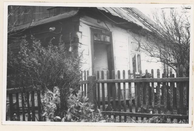 Dom sołtysa, przed którym spędzono ludność wioski. Przesłuchiwano w nim i torturowano mieszkańców.