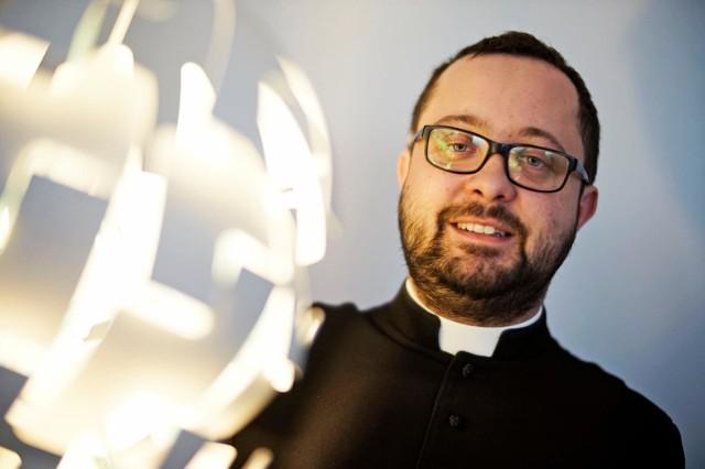 Ks. Radosław Rakowski opowiada o swoich doświadczeniach z wizyt w domach wiernych.