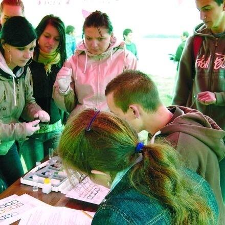 Stan wody w jeziorze Selmęt Wielki w Szeligach w czwartek sprawdzili uczniowie Zespołu Szkół nr 1 w Ełku